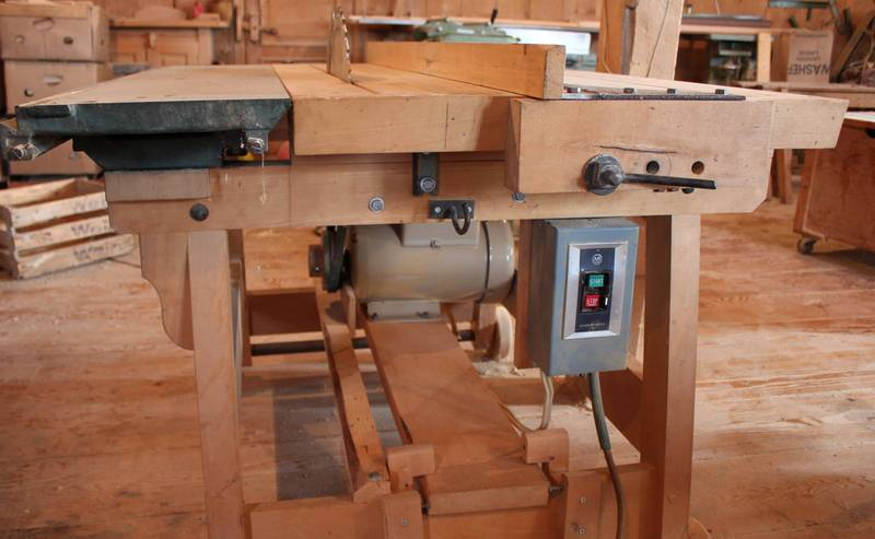 Homemade Table Saw Plans : ... metal bolt hooks the fence under the edge of the table for locking it