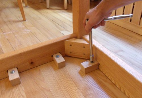 Attaching table legs with a dowel jig