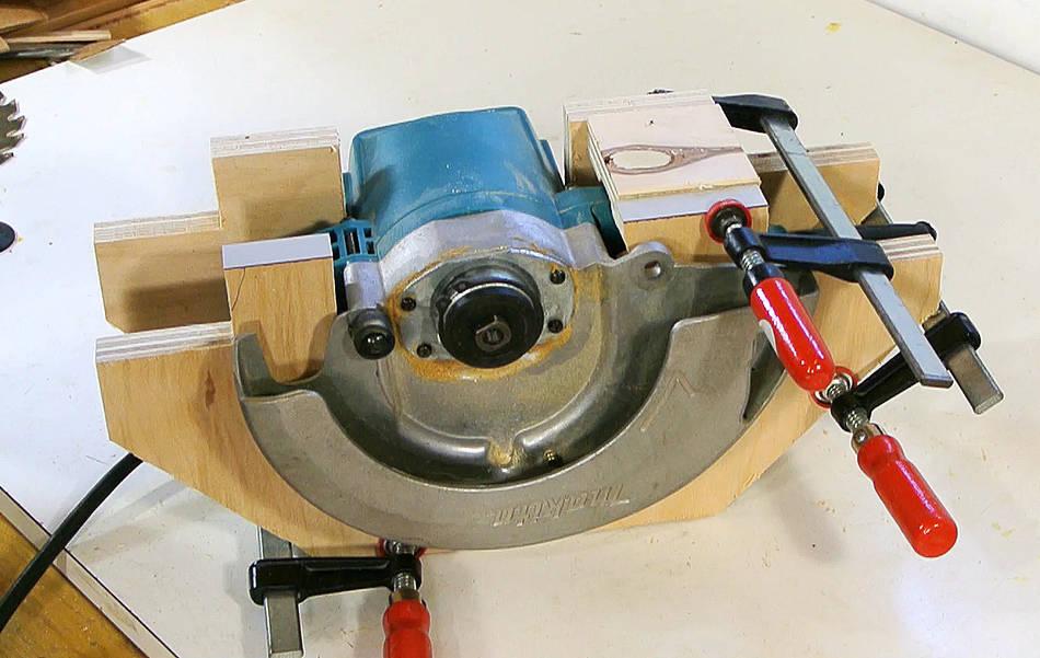 Sierra de mesa casera hecha a partir de una sierra circular for Mesa sierra circular