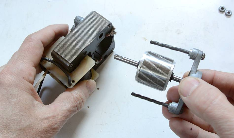How ac induction motors work for How does a simple motor work