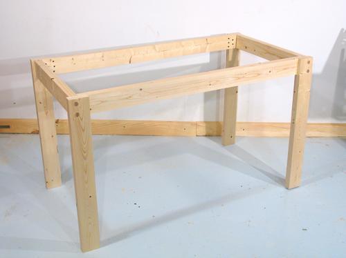 Construyendo una mesa &mdash uniendo las partes con tarugos