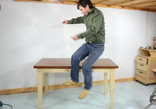 Como hacer una bonita y resistente mesa de madera. Enredandonogaraxe.com